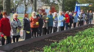 Братскую могилу в Аджимушкае устелили цветами