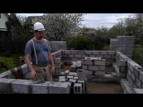 Баня из керамзитобетонных блоков с шиферной крышей и флюгером
