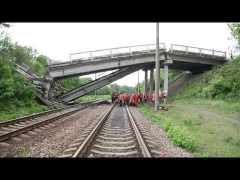 Обрушен автомобильный мост, соединявший Красный Луч с Луганском.
