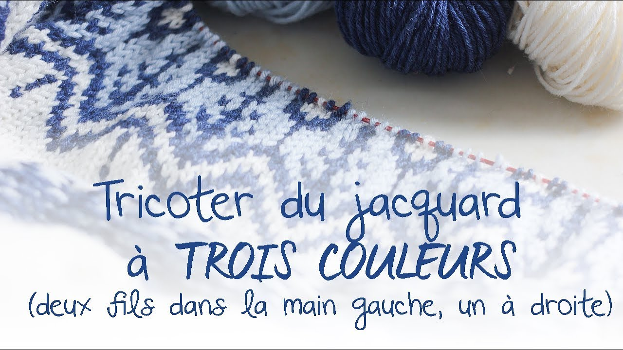 Tricoter Le Jacquard à Trois Couleurs En Tenant Deux Fils Dans La