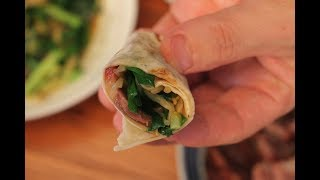 面点厨师长教您做薄如纸的春饼,卷肉卷菜都好吃,快试试吧!