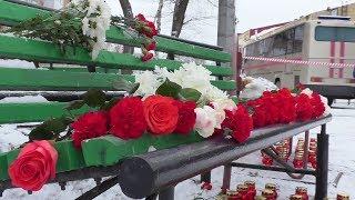 Жителі Кемерово несуть квіти та іграшки до ТЦ ''Зимова вишня''