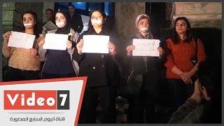 وقفة احتجاجية لـ8 فتيات على سلالم نقابة الصحفيين للتنديد بالعنف ضد المرأة