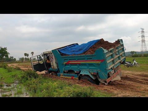 dump trucks stuck deep in mud recovery   รถบรรทุกดินติดโคลนลึก   รถบรรทุก   ダンプトラックが泥の中に詰まっている