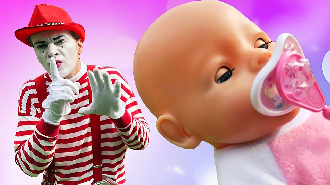 Baby Born will schlafen. Spielzeug Video mit dem Clown und Baby Born.