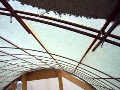 Construcci n de invernadero casero con mallazo youtube for Construccion de viveros caseros