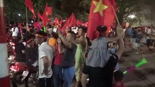 Bóng đá Việt Nam - Syria, - Tây xuống đường cõng nhau tự sướng