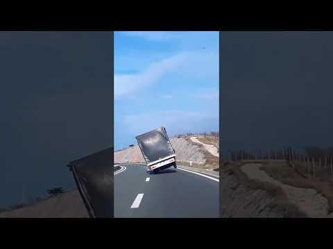 Strong wind almost flipped truck. Bura skoro izvrnula poljski kamion 14.11.2017.