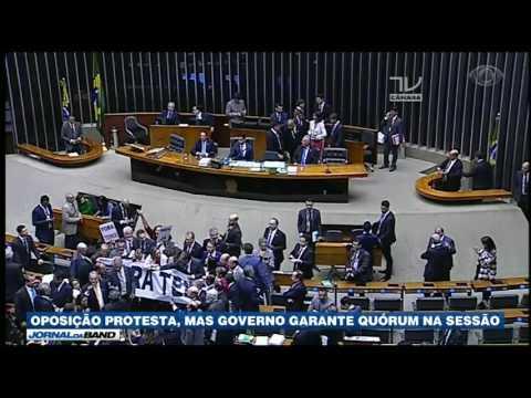 Deputados Votam Na Câmara Por Denúncia Contra Temer
