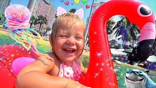 Baby swimming in the sea with a large inflatable flamingo! Дети купаются в море с надувной игрушкой.