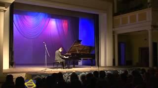 Виктор Зимин вручил пианисту Осипу Никифорову сертификат на обучение