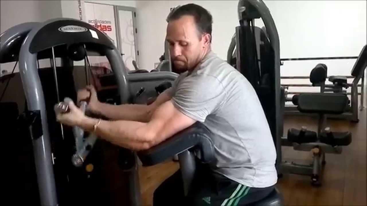 Curl predicador o curl scott en maquina ejercicios de for Maquinas de ejercicios