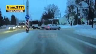 Маршрутный НефАЗ столкнулся с Приорой в Уфе на улице Сельской Богородской(, 2015-01-20T13:37:12.000Z)