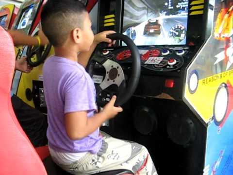 น้องนายเล่นเกมส์แข่งรถ