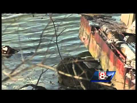 Sinking barge leaks diesel fuel in Damariscotta River