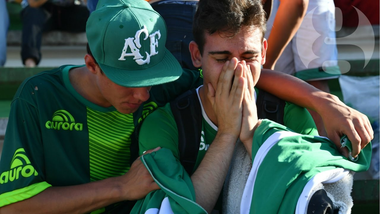 Chapecoense fans mourn plane crash victims at football ...