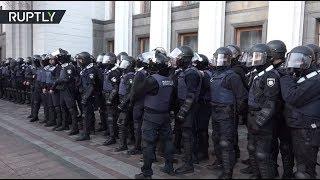 Полицейские применили слезоточивый газ для разгона протестующих у здания Верховной рады