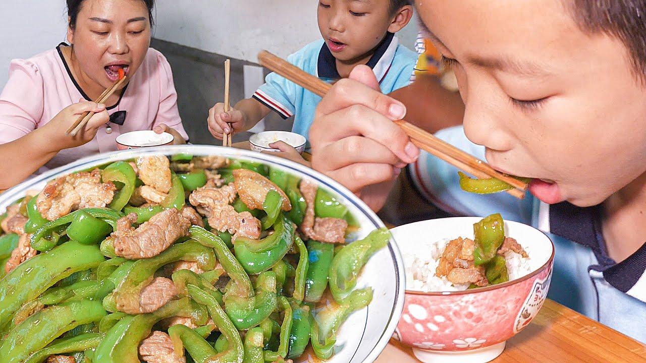 媳婦用青椒做兩道菜,一道是重口味,大兒子不敢嘗試 | Different methods of green pepper Fried meat, the family like to eat