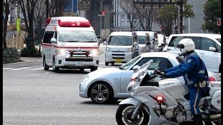 緊急走行する救急車と緊急走行を手助けする白バイ thumbnail