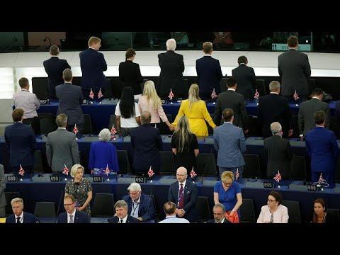 Los eurodiputados del Partido del Brexit, de espaldas durante el himno de la UE