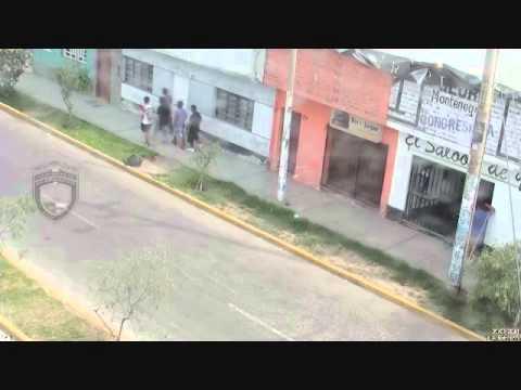 CAMARAS DE VIDEO VIGILANCIA DE VICTOR LARCO CAPTAN A JOVENES CON ENVOLTORIOS