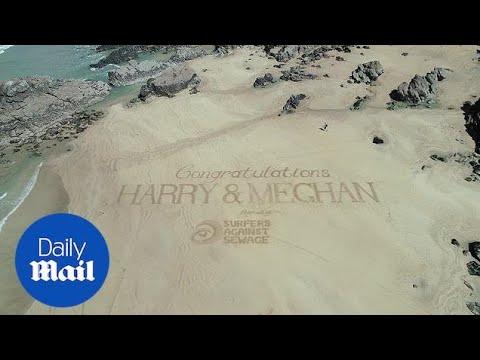 Огромна честитка за Хари и Меган испишана на песочна плажа
