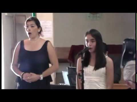 Cantando en misa de Daniela y Daniel