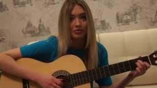 девушка читает рэп под гитару