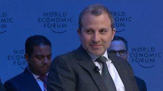 شاهد: وزير خارجية لبنان السابق جبران باسيل في مأزق خلال مقابلة صحفية بدافوس…