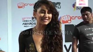 MTV Video Music Awards India 2013- Model Praising Priyanka Chopra at the red Carpet