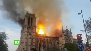 Les camions de pompiers arrivent pour lutter contre les flammes de Notre-Dame de Paris