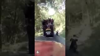 Download Video Detik-detik Kecelakaan Truk Penuh Penumpang Terguling di Jurang Pletes Malang MP3 3GP MP4