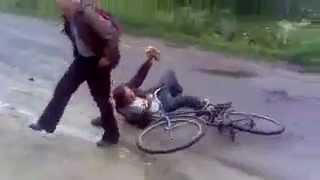 Собака подрезала пьяного мужика на велосипеде))(жесть., 2012-06-11T21:18:12.000Z)
