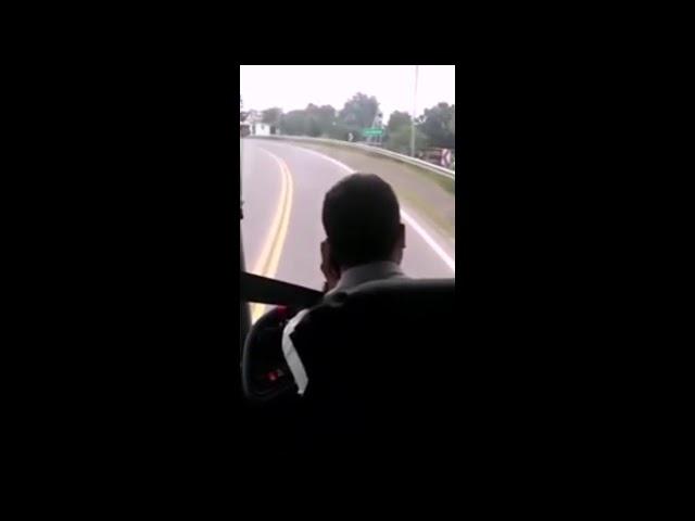 Chofer de la empresa LUMASA hablando por teléfono mientras conduce