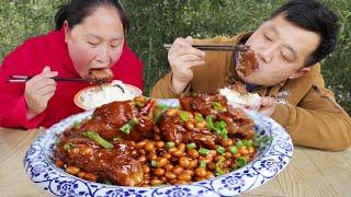 胖妹家开荤做黄豆焖猪蹄 双手拿着大口啃 汤汁拌饭更是一绝 陈说美食