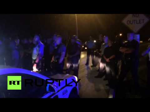 USA: Ferguson protesters face-off against police after officer shot