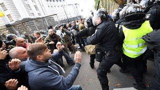В Киеве протестующие устроили потасовку с полицией   НОВОСТИ