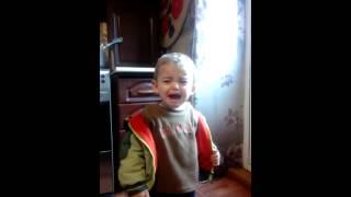 Мальчик плачет когда поет песня