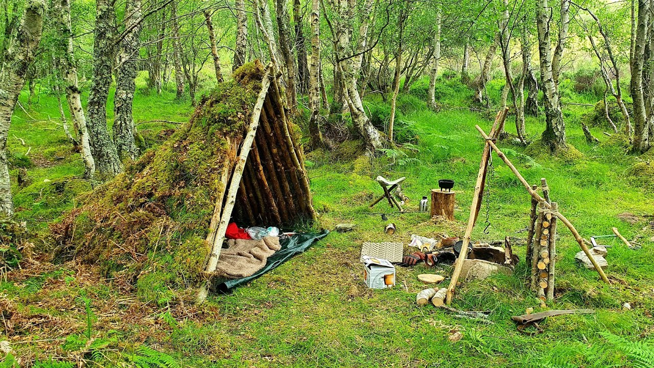 Bushcraft Moss Shelter - Campfire Cooking Chilli - Petromax Dutch Oven