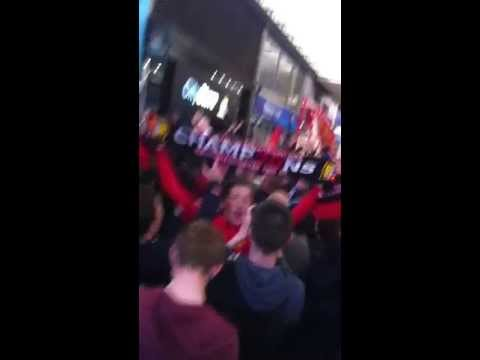Manchester United fans outside the Manchester city shop   2013 trophy parade