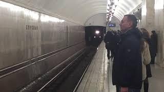 Метропоезд 81-710 «Путеизмеритель» на станции Курская