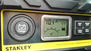Cargador y Mantenedor de baterías automático e inteligente con pantalla LCD marca STANLEY