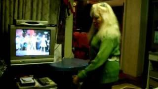 Zsuzsi danse devant la télévision. (Zsuzsi a televizio elôtt tàncol)