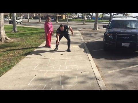 VIDEO: Un policía juega a la rayuela con una chica sin techo