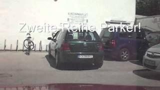 Frau am Steuer - Parkverbot - zuparken - behindern - nur mal kurz einkaufen - 001