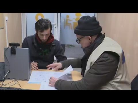 Vidéo : le centre d'accueil de migrants à Paris, comment ça marche ?
