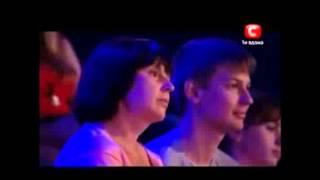 парень сирота поет песню помолимся за родителей до слез!!!!!