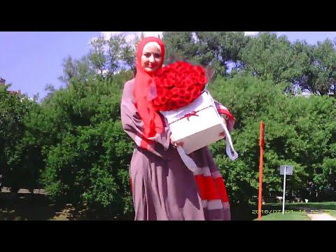 Девушка с букетом роз.