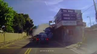驚悚..仰德大道車禍 後方車輛影片 車就像保齡球般被撞飛..