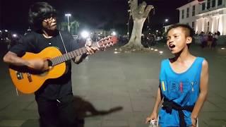Pengamen cilik bagus banget nyanyiin lagu Sandy Sandoro Tak Pernah Padam (cover)